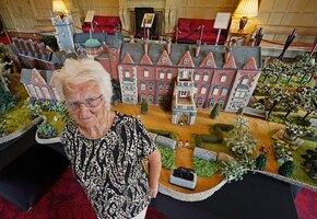 92-летняя женщина связала крючком королевскую резиденцию и... покорила королеву