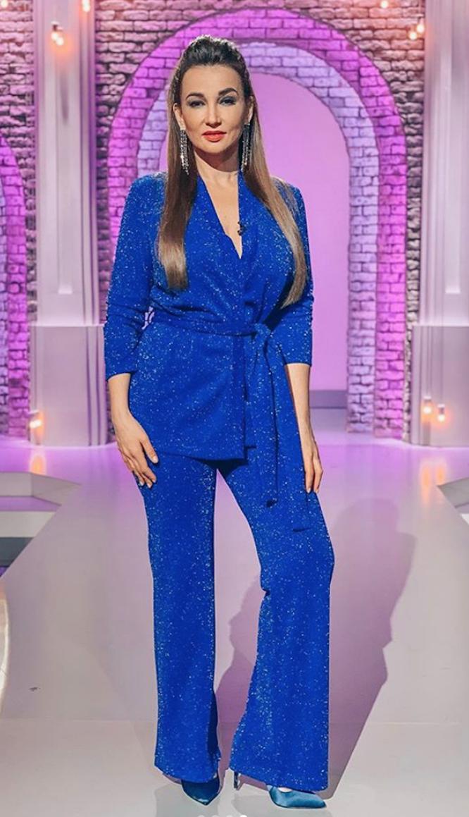 Анфиса Чехова в синем костюме