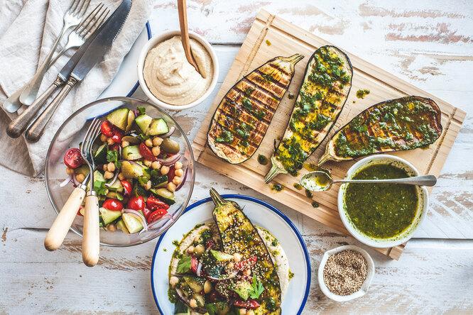 Вегетарианский обед: суп-крем, перец счечевицей, банановый кекс иеще пара блюд