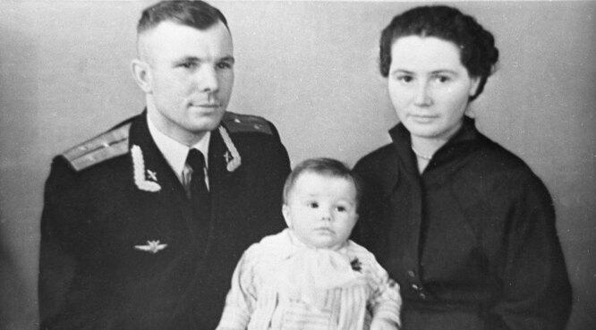 Юрий Гагарин с женой Валентиной и дочерью Еленой