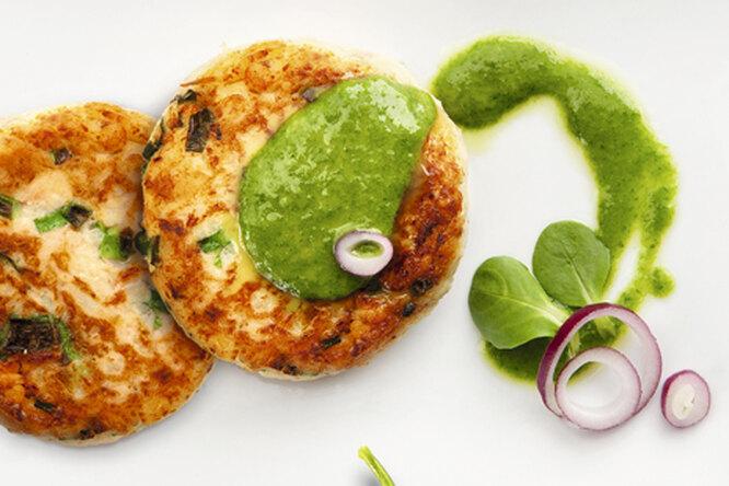 Котлетки из лосося с зеленым соусом