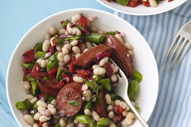 Колбаски с фасолевым салатом