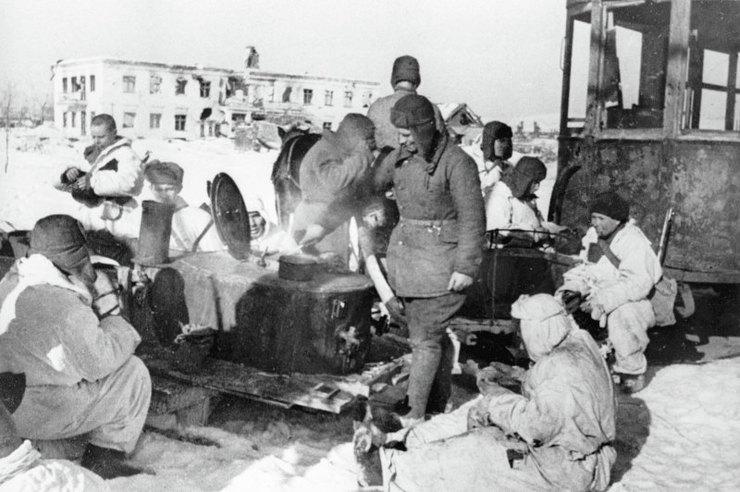 Солдаты обедают вперерыве между боями водном израйонов Сталинграда