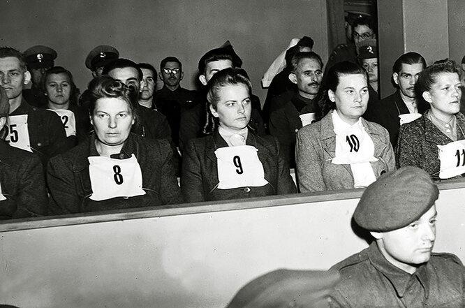 Ирма Грезе вместе с другими работниками лагеря на Бельзенском процессе