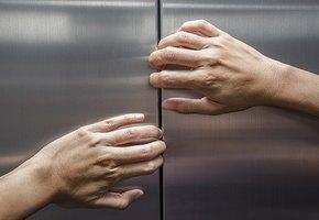 Больше суток в раскаленном лифте: итальянка спаслась благодаря вину