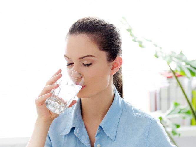 Женщина пьёт воду, как ускорить метаболизм