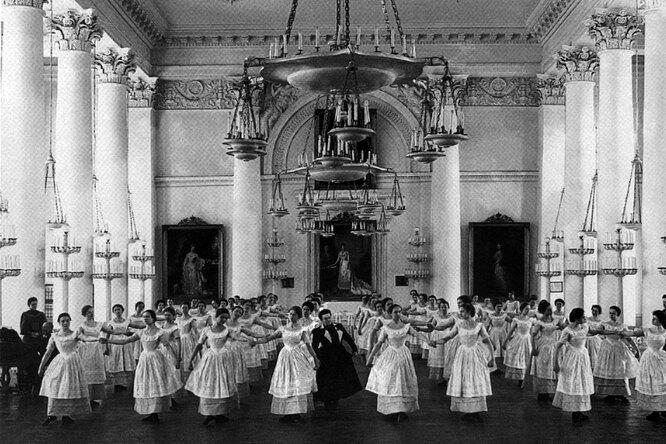Воспитанницы Смольного института благородных девиц на уроке танцев, 1889 год.