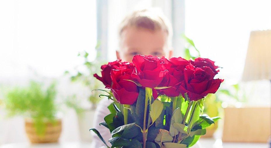 Восьмилетний мальчик сам заработал деньги, чтобы купить 68 роз длядевочек