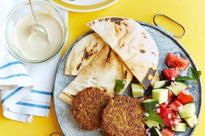 Фалафель с салатом из огурцов и помидоров