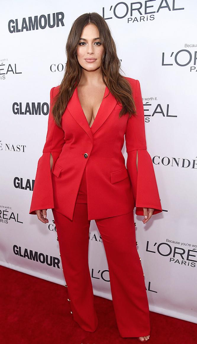 Эшли Грэм в красном брючном костюме