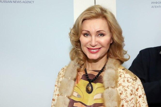 Красивая исмелая: 55-летняя Вика Цыганова выложила фото вбикини ибез макияжа