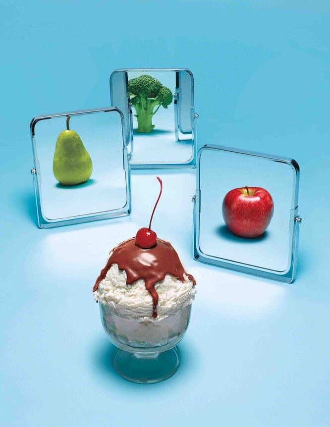 Пирожное, зеркала с отражениями фруктов