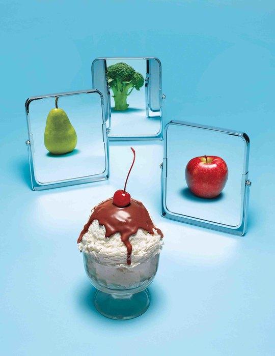 Пирожное, зеркала сотражениями фруктов
