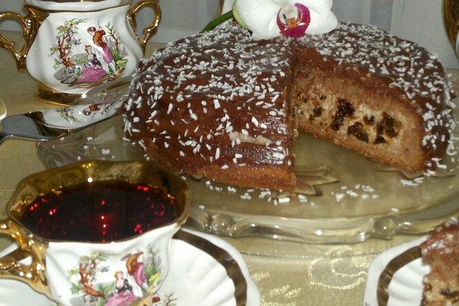 Бисквитный торт с орехами и черносливом