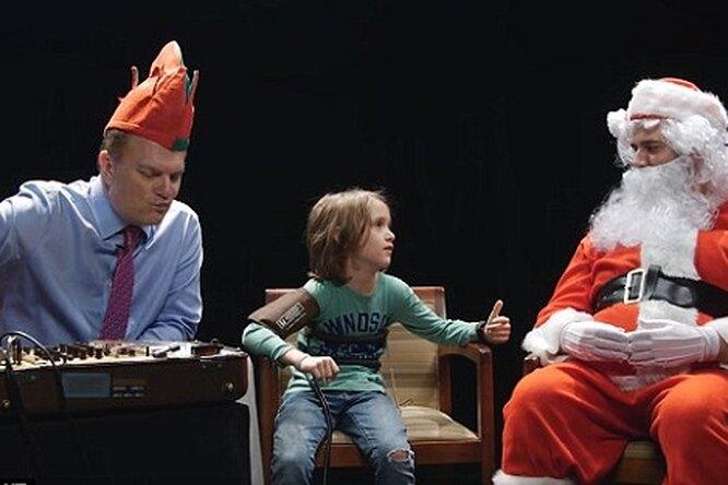 Видео Санта Клауса допрашивающего детей обих поведении спомощью детектора лжи покорило Сеть
