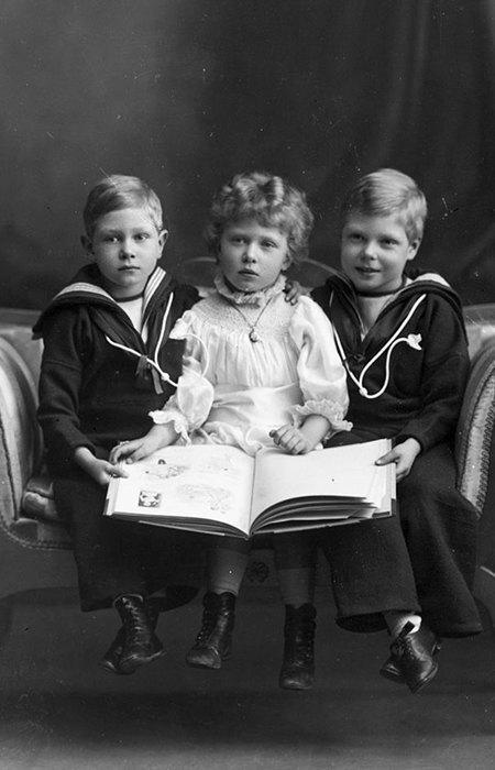 Слева направо: будущий король Георг VI, принцесса Мария и будущий король Эдуард VIII, 1901 год