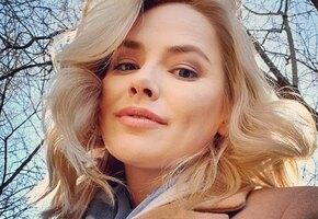 «Шальная императрица»: звезда сериала «Проект «Анна Николаевна» Зоя Бербер позирует в вечернем образе на фоне Кремля