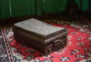 Парень нашел на чердаке коробку, которую не открывали 80 лет — и заглянул в нее