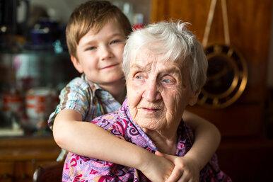 Двухлетний мальчик и99-летняя женщина случайно стали близкими друзьями