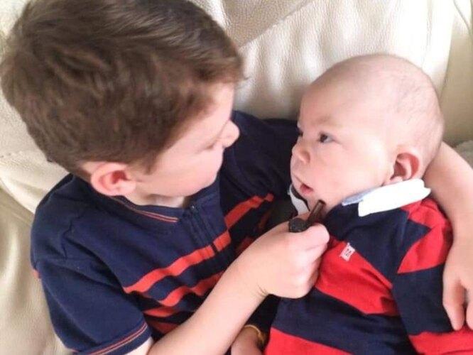 мальчик и его больной брат