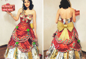 Девушка делает платья из оберточной бумаги от новогодних подарков