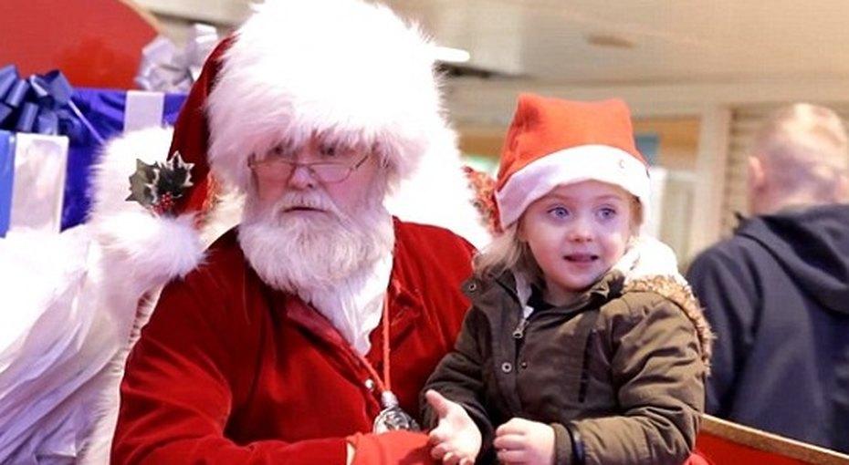 Санта Клаус спел рождественскую песню глухой девочке наязыке жестов