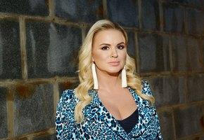 Анна Семенович показала, как Денис Клявер прикрыл её грудь