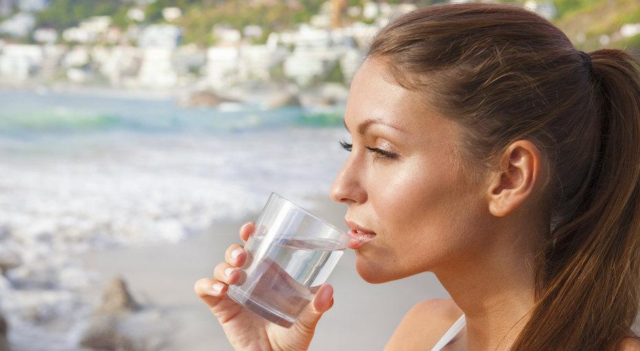 8 стаканов воды: 8 простых трюков, которые помогут незабывать проних каждый день