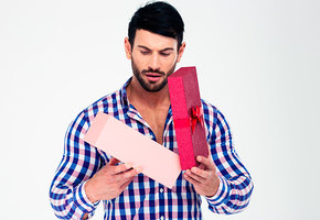 Сувенир, смешной галстук и еще 7 вещей, которые не стоит дарить мужчине на 23 февраля (видео)