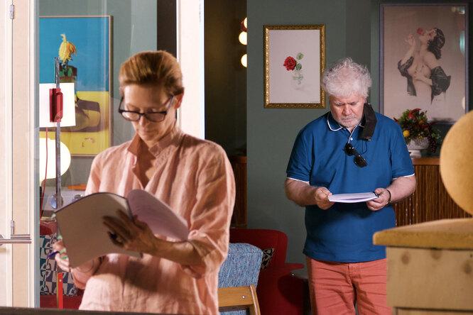 Тильда Суинтон и Пдро Альмодовар на съемках фильма «Человеческий голос»