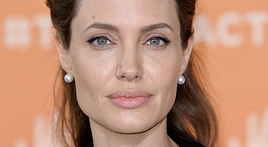 Анджелина Джоли получила женский рыцарский титул