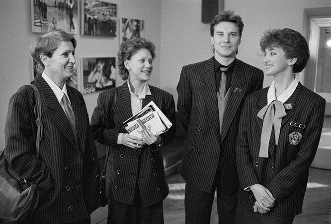3 февраля 1988 г. Советские спортсмены (слева направо) тренер Алла Капранова, Кира Иванова, Сергей Пономаренко и Марина Климова на встрече перед отлетом на XV зимние Олимпийские игры в Калгари.