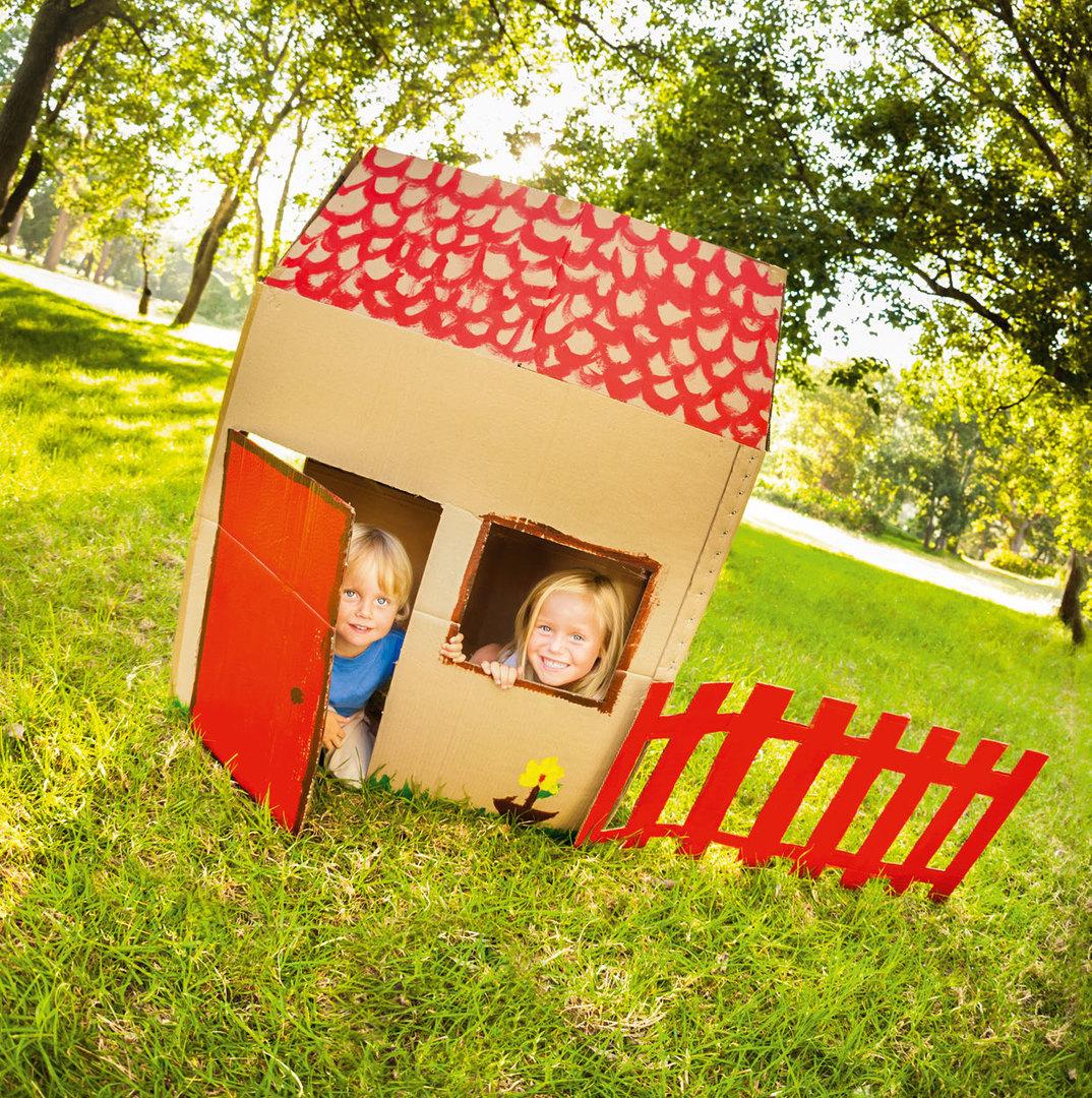 Дети вкартонном домике