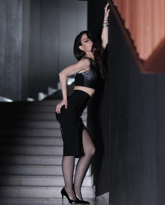Виктория Дайнеко в облегающей юбке и кожаном топе