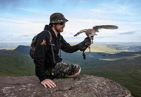 Сова поддержки: парень с ПТСР покоряет вершины благодаря помощи необычного друга