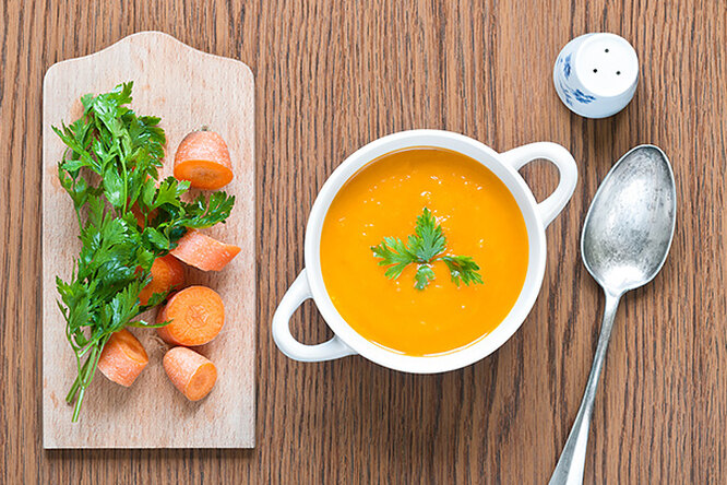 Нежный крем-суп из моркови с орехами пекан в карамели