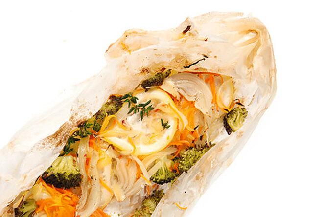 Форель в пергаменте с овощами