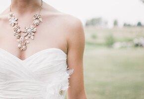 Свекровь обвинили в ненависти к невесте: она надела такое же платье