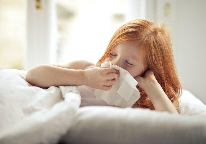 Рыжая девочка сморкается в платок, как лечить насморк