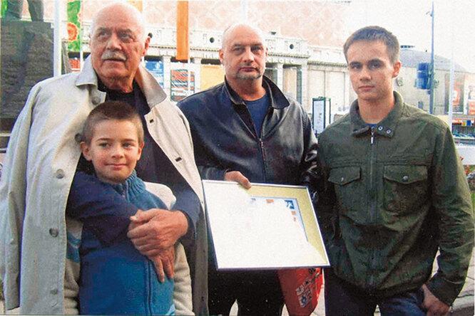 С сыном Сергеем и внуками