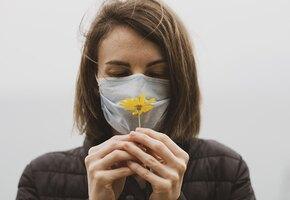 Пахнет тухлым мясом: после коронавируса девушка всюду чувствует дурной запах
