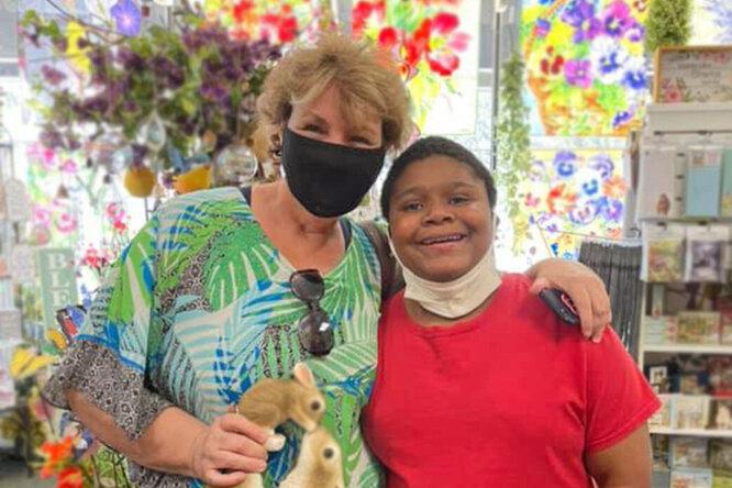 Незнакомка помогла мальчику саутизмом, потерявшему мать, исполнить мечту