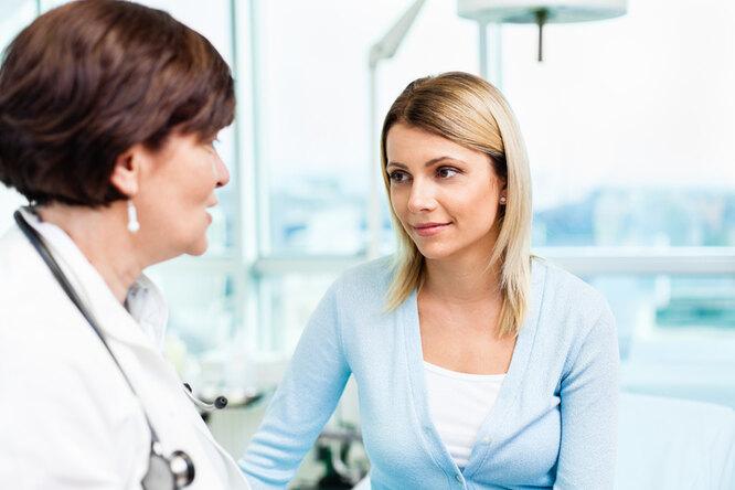 Женщина обращается к врачу из-за головокружения