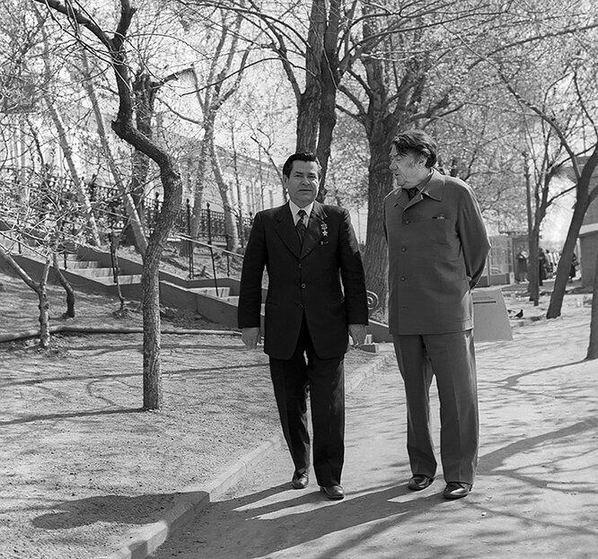 Легендарный советский летчик Алексей Маресьев (слева) и писатель Борис Полевой в дни празднования 30-летия победы в Великой Отечественной войне.