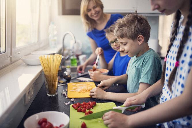 8 кулинарных навыков, которым стоит научить детей-подростков