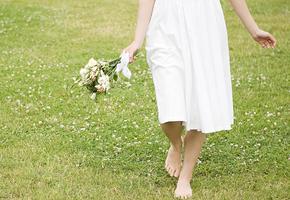Невеста в белом платье полезла спасать беременную овечку (фото)