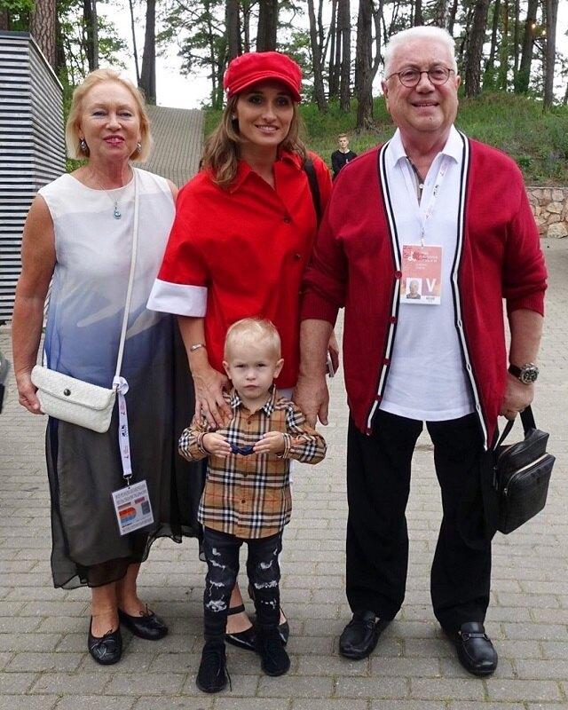 Анастасия Винокур с сыном и родителями