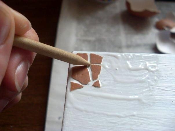 Аппликация на шкатулке из яичной скорлупы