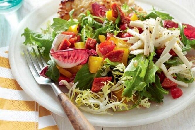 Салат с овощами и моцареллой