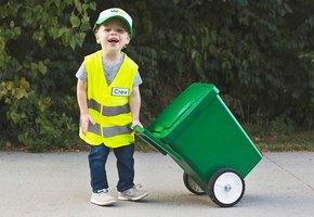 Трехлетний мальчик мечтает стать уборщиком мусора - и уже даже начал обучение